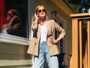 French Chic Fall Outfit: Beige Blazer & Denim Jeans